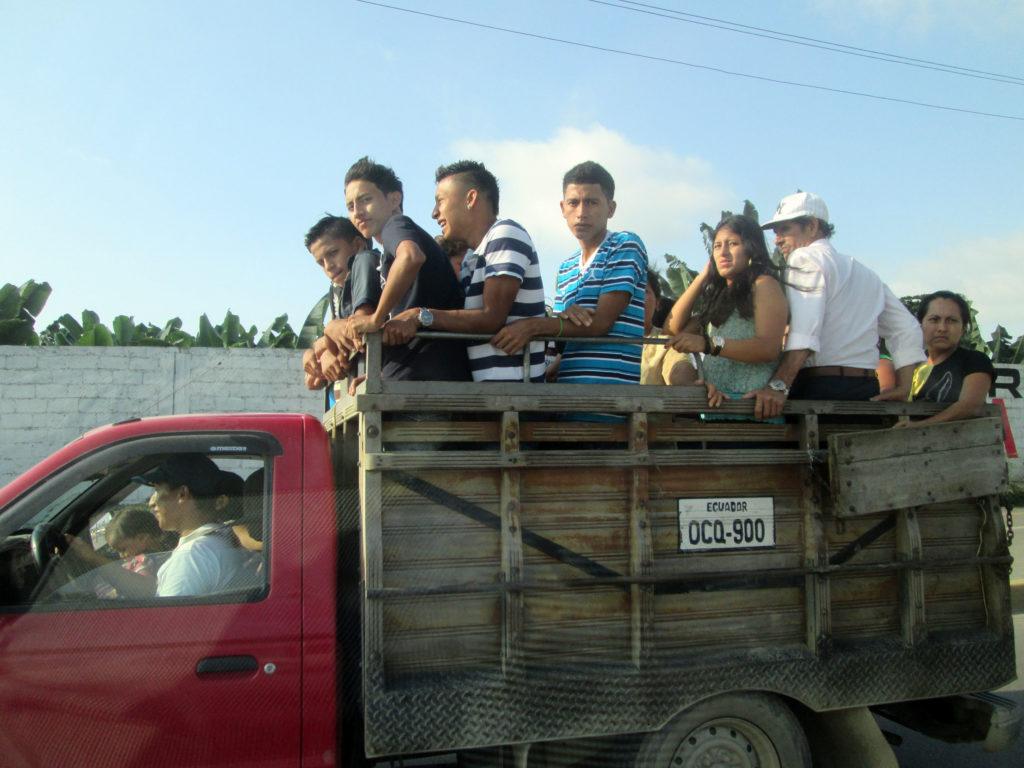 Перевозка людей в грузовом фургоне