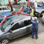 Сотрудник ГИБДД составляет протокол при эвакуации авто